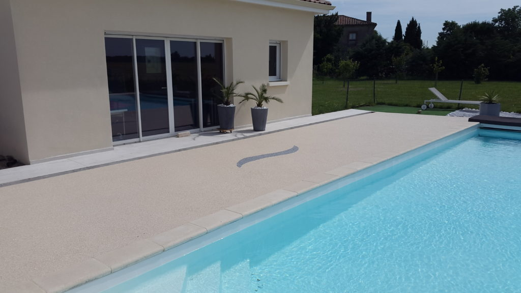 Renovation of a swimming-pool with a permeable flooring